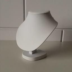 Collierhalsje wit kunstleer hoog 17,5