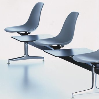 Vitra Vitra Eames Plastic Side Chair auf Traverse | Völlig bezogen