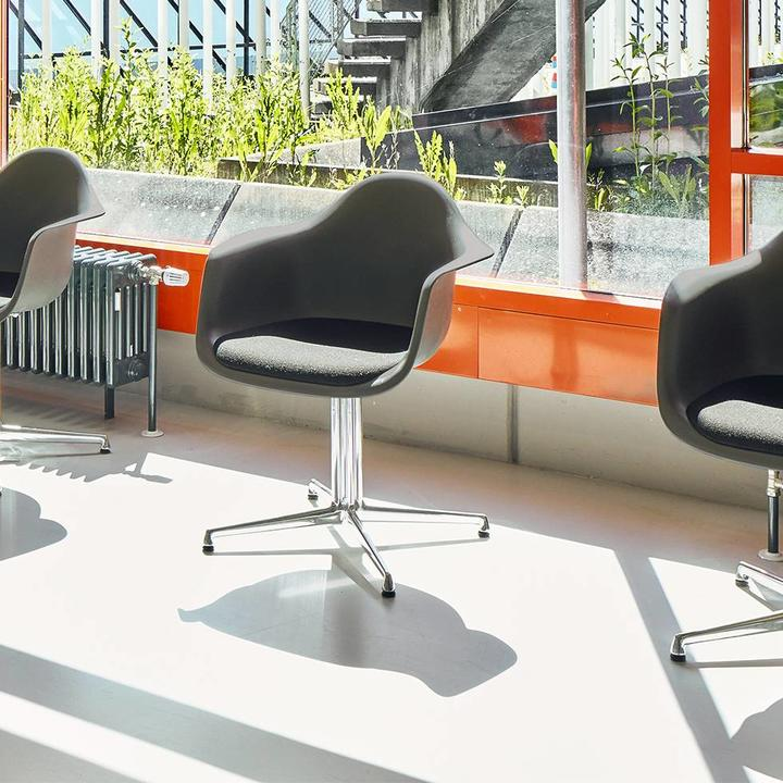 Lounge Stoel Eames.Vitra Vitra Eames Plastic Armchair Dal Seat Upholstery Workbrands