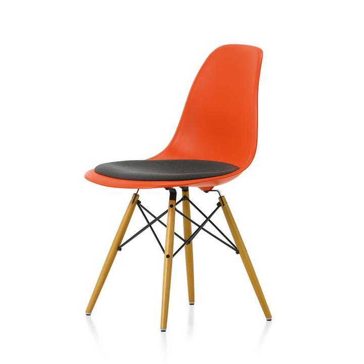 Eames Stoel Houten Poten.Vitra Eames Plastic Side Chair Dsw Met Zitkussen Stoel Workbrands