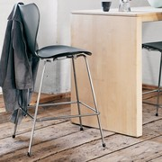 Fritz Hansen Series 7 | 3187 | Counter stool | Front upholstery | Lacquered