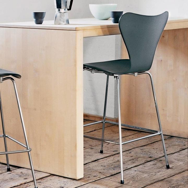 Fritz Hansen Series 7 | 3197 Bar stool | Voorzijde bekleed | Lacquered