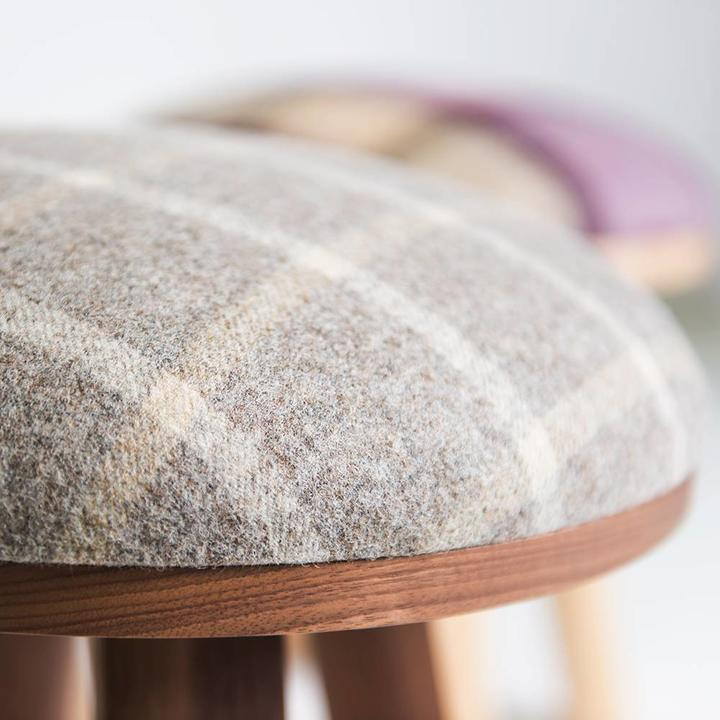 OUTLET | BuzziSpace BuzziMilk stool | Zwart essen | Roze tartan grape