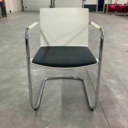 Wilkhahn RWC | Wilkhahn Neos cantilever chair | Gestoffeerde zitting | Kunststof zitschaal | Chroom frame
