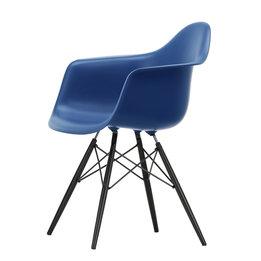Vitra OUTLET | Vitra Eames Plastic Armchair DAW | Marineblauw | Esdoorn zwart