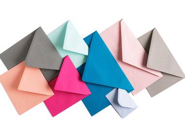 Blanco enveloppen gekleurd