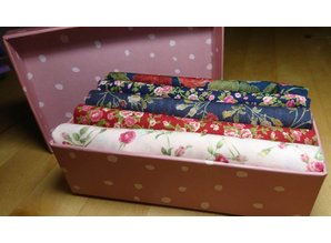 little presentbox with coördinating  Rose-fabric fat quarters
