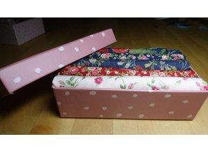 cadeaudoosje met  fat quarters in bij elkaar passende rozenstofjes