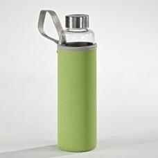 glazen waterfles met groen hoesje
