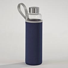 glazen waterfles met blauw hoesje