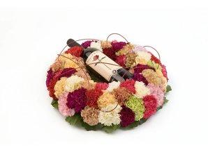 Vrolijk bloemenarrangement met wijn