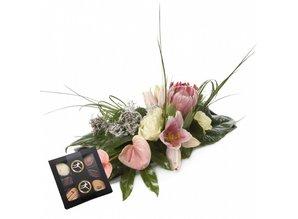 stijlvol roze arrangement met 9 bonbons