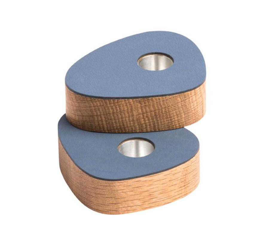 twee magnetische kandelaars in eikenhout met donkerblauw leer