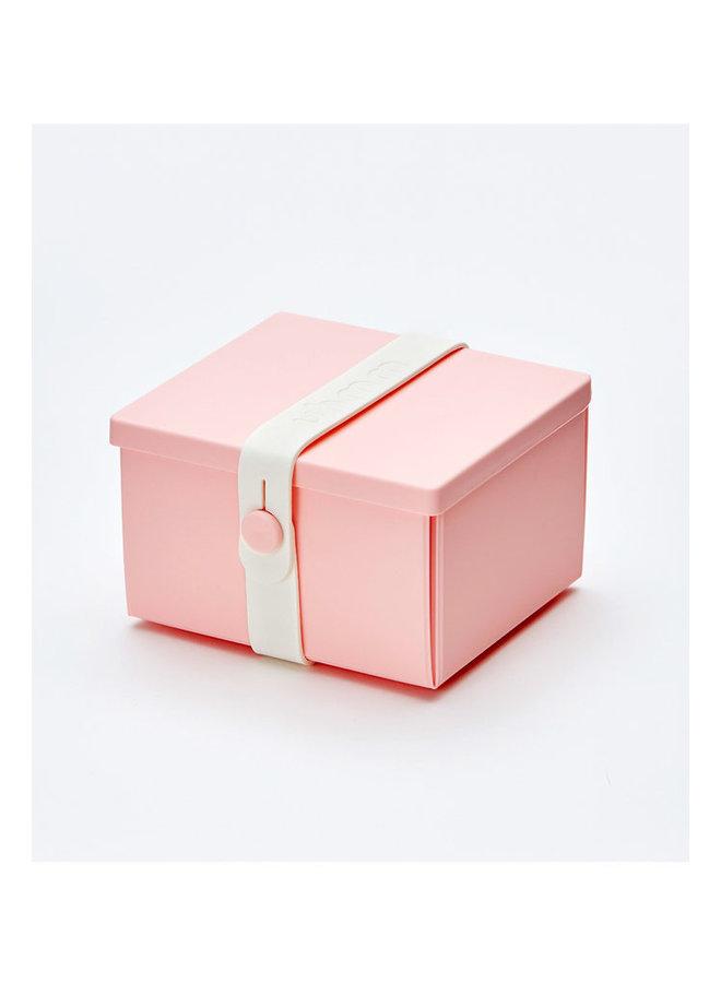 rosa faltbare Brotdose, die Sie auch als Teller verwenden können. Mit weißem Gurt.