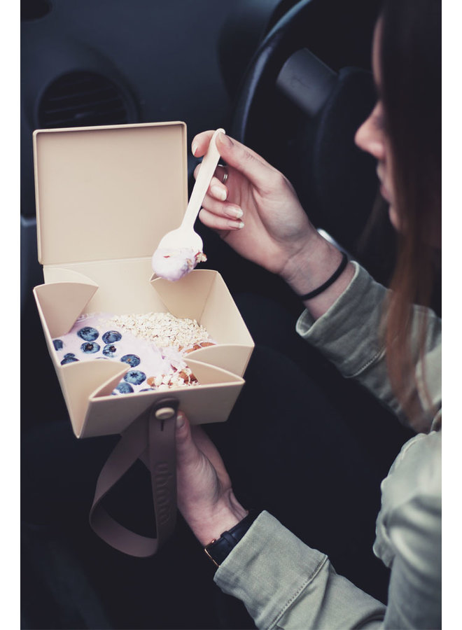 blauwe vouwbare lunchbox die je ook als bord kunt gebruiken. Met witte strap.