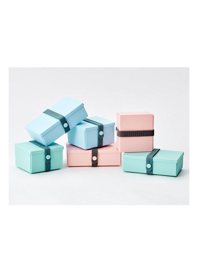 Uhmm box: blauwe vouwbare lunchbox die je ook als bord kunt gebruiken. Met witte strap.