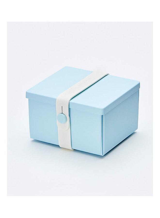 blaue faltbare Brotdose, die Sie auch als Teller verwenden können. Mit weißem Gurt.