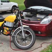Een auto accu gebruiken voor het starten van een motorfiets: Zou je dat wel doen?