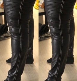 LEATHER LOOK MET ZILVEREN BIESJE MATEN 44 TOT 56/58