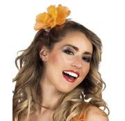 Haarclip met een oranje bloem
