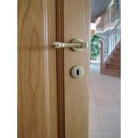Koperen  deurkruk Aldagonda op rond rozet met sleutelplaatjes
