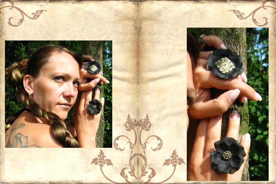 Schwarze Blumen im Haar und an Ringen