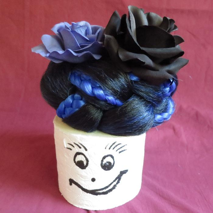 Haarblumen farblich passend zur Frisur à la Loouise