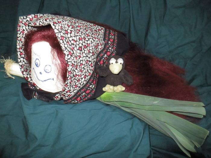 Cloey trägt ein voluminöses Gothic Witch Haarteil aus leicht gekrepptem Haar.
