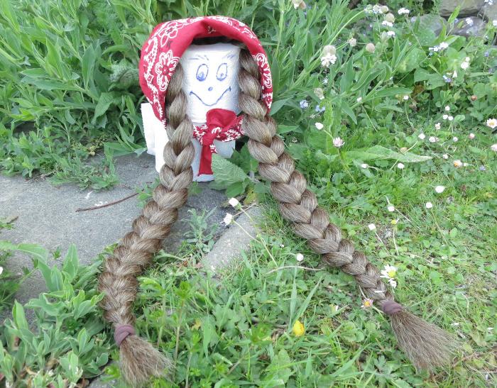 Cloey mit 2 Größe S Zöpfen aus gekrepptem Haar.