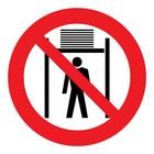 verboden onder de lift te komen sticker