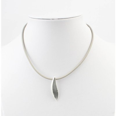 Short leather necklace with metal drop gray