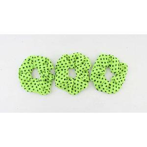 Scrunchie licht groen met zwarte stippen, per 3st.