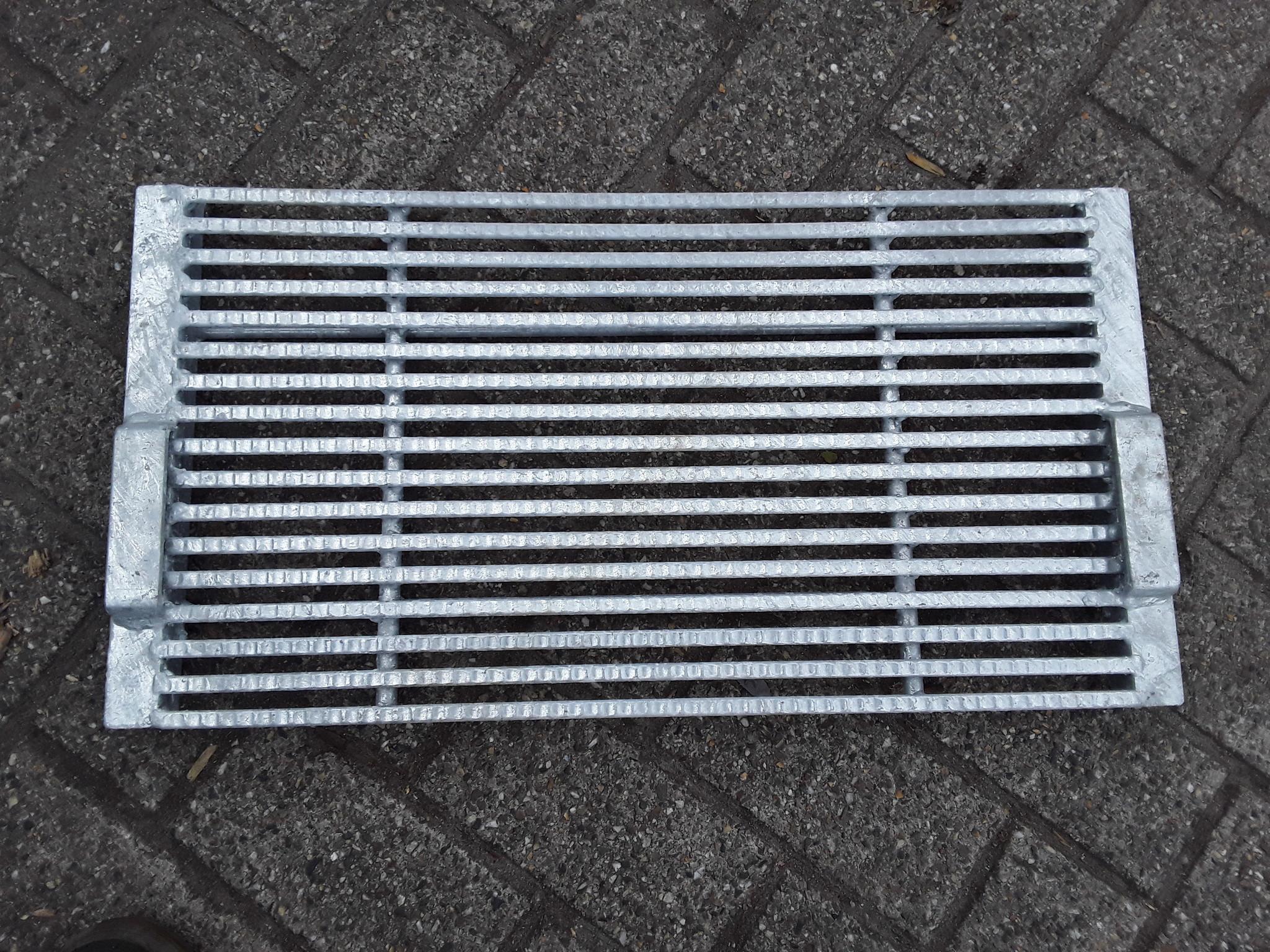 Driekantrooster 635x330 met beugels