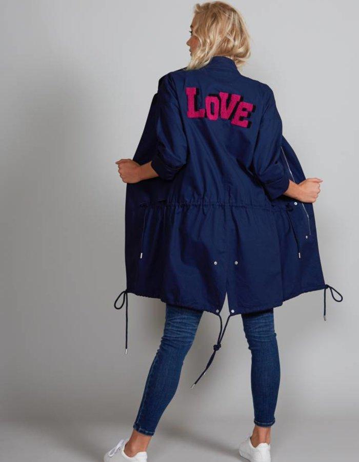 Jas met 'Love' applicatie