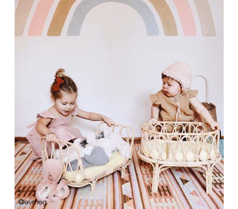 Wiege der Poppie Rattan Puppe mit brauner Matratze