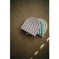 Mushie Silikon Beißspielzeug Regenbogen Shifting Sand