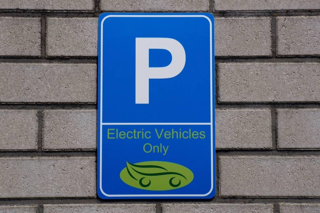 "Parkschild ""EV Only"""