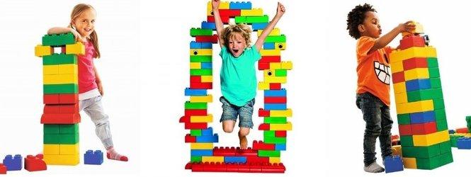 kinderen met zachte grote speelblokken