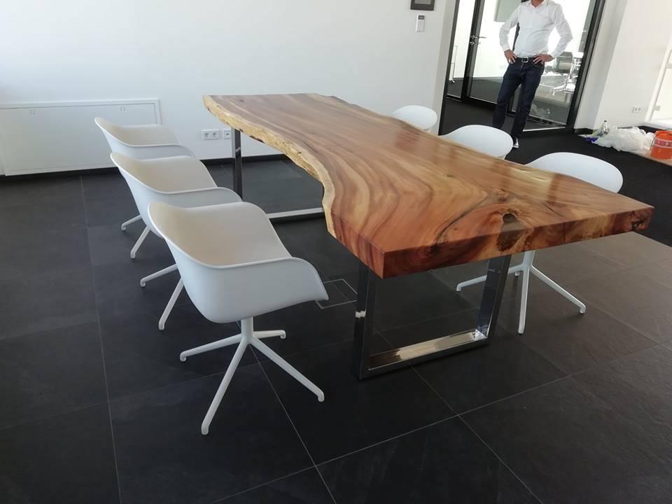 Individuell gefertigter Massivholztisch aus einem Stück Asiatischer Eiche (Suar)