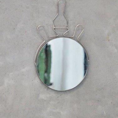 Spiegeltje aan de wand
