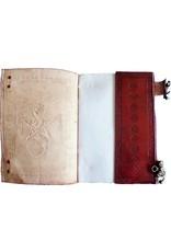 Buch der Schatten mit Ledereinband und Messingbeschlägen