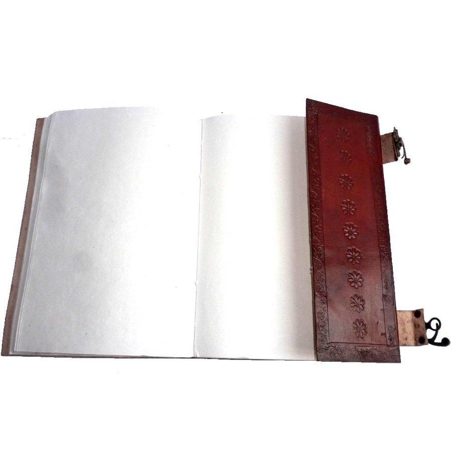 Buch der Schatten mit Ledereinband und Messingbeschlägen-1