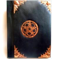 thumb-Buch der Schatten mit Fledermausflügelecken und Rosenpentagramm-1