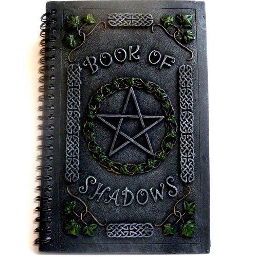 Buch der Schatten mit Pentagramm