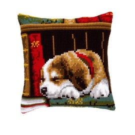 Vervaco Kruisstekenkussen  Slapende hond in boekenrek