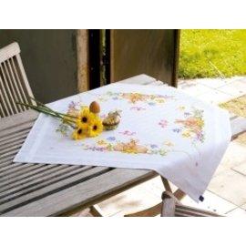 Vervaco Bedrukt tafelkleed met ingeweven boord : Knuffelende konijntjes