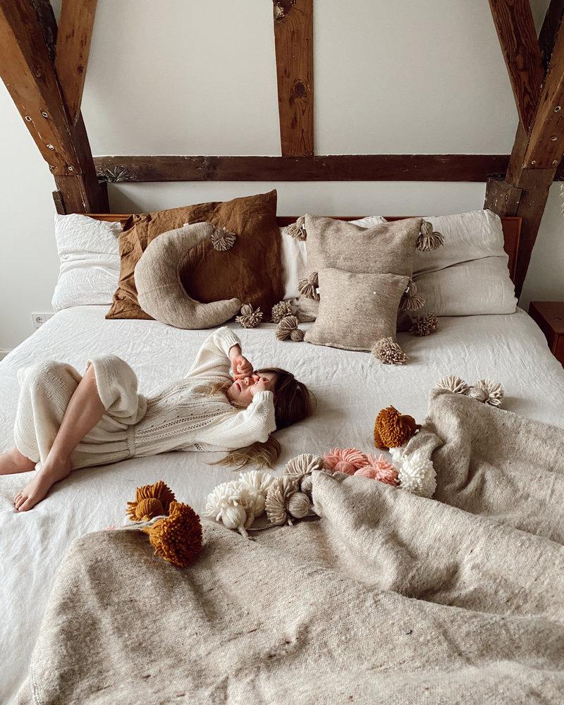 The Souks x Dappermaentje - Handwoven pom pom pillow moon Beige