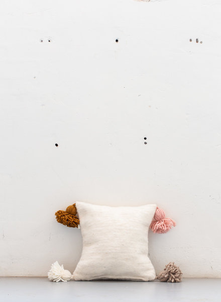 The Souks x Dappermaentje - Handgeweven gekleurde pom pom kussen Off white