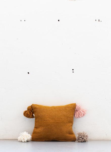 The Souks x Dappermaentje - Handgeweven gekleurde pom pom kussen Bronze