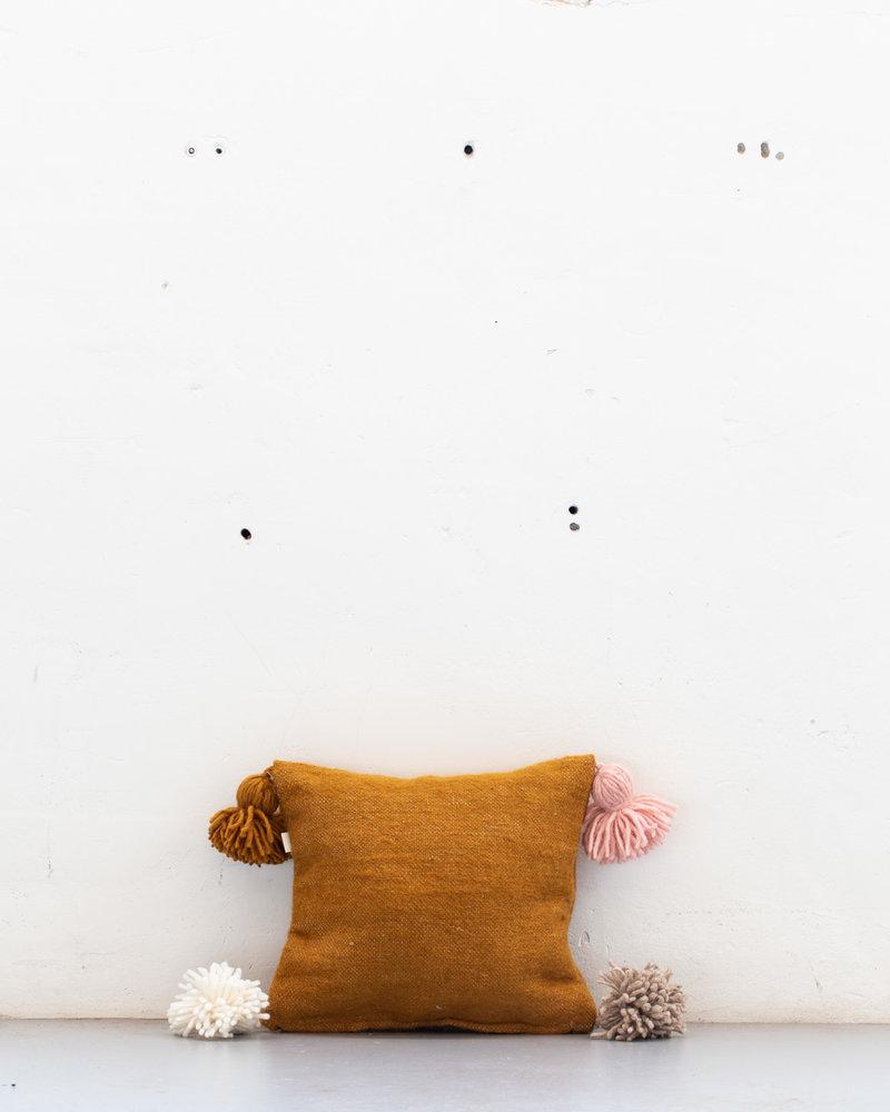 The Souks x Dappermaentje - Handwoven colored pom pom pillow Bronze